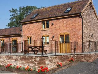 THE STABLES, pet friendly, country holiday cottage, with a garden in Little Cowarne, Ref 12137 - Bromyard vacation rentals