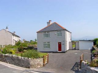 Y FRON, family friendly, country holiday cottage, with a garden in Newborough, Ref 10155 - Newborough vacation rentals