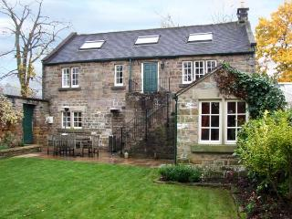 ROTHERWOOD COTTAGE, family friendly, character holiday cottage, with a garden in Matlock, Ref 11150 - Hollington vacation rentals