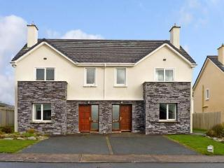 NUMBER 9 KNIGHTS HAVEN, pet friendly, with a garden in Knightstown, County Kerry, Ref 11988 - Dingle vacation rentals