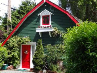 SUNRISE GARDEN COTTAGE - enchanting hideway for 2 - Victoria vacation rentals