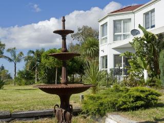 CLIVEDEN MANOR - Melbourne PRIVACY & SPACE - Melbourne vacation rentals