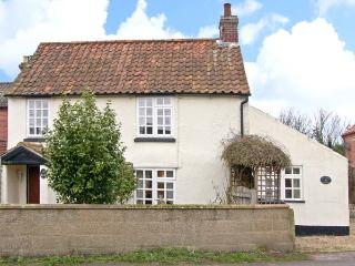 HOLLYHEDGE COTTAGE, pet friendly, country holiday cottage, with a garden in Briston, Ref 12091 - Briston vacation rentals