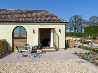 2 THE STABLES, pet friendly, country holiday cottage, with a garden in Ryde, Isle Of Wight, Ref 12934 - Godshill vacation rentals