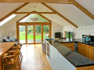 TYN LLWYN, pet friendly, character holiday cottage, with a garden in Pencoed, Ref 10388 - Pencoed vacation rentals