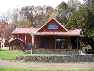 Perfect 4 bedroom House in Hillsville with Deck - Hillsville vacation rentals
