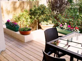 G A R D E N  ✿  1BR, 30 Sec walk to Gordon♒Beach! - Tel Aviv vacation rentals