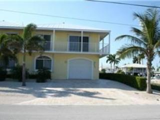 Front of house/parking - Casa Amarilla, 4/4 with a private pool, # 93 - Key Colony Beach - rentals