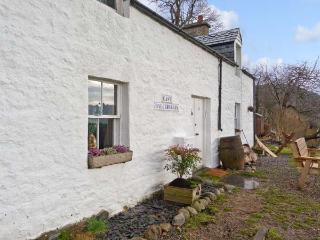 EAST BALCHRAGGAN COTTAGE, pet friendly, character holiday cottage, with a garden in Drumnadrochit, Loch Ness, Ref 13989 - Fort Augustus vacation rentals