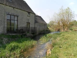 Comfortable Cottage with Washing Machine and Balcony - Cirencester vacation rentals