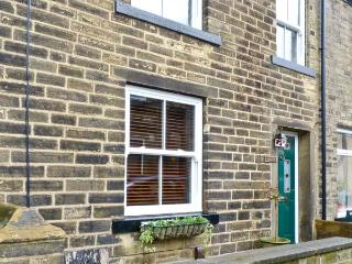 HOBBITON, holiday cottage with a garden in Haworth, Ref 12569 - Cragg Vale vacation rentals