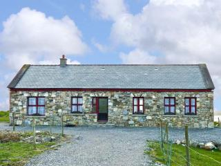ISLAND VIEW, detached bungalow, with multi-fuel stove in sitting room, Jacuzzi bath, and sea views in Grallagh, Ref 14689 - Connemara vacation rentals