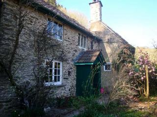 BURY CLEAVE COTTAGE, charming cottage, with two bedrooms, woodburner, and enclosed courtyard, in Bury hamlet, Ref 14368 - Dulverton vacation rentals