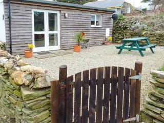 SUNNY CABIN, coastal views, sun-trap setting, woodburner, romantic retreat in Bossiney near Tintagel, Ref 14431 - Tintagel vacation rentals