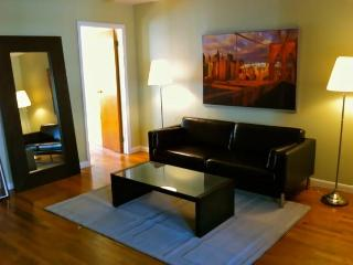 Hip W'burg Brooklyn Townhouse Apt 5 Min Manhattan - Brooklyn vacation rentals