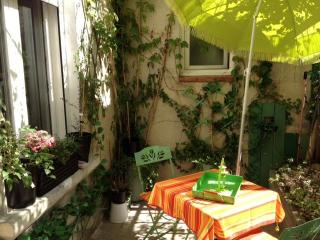 Cozy apartment with terrace in Avignon Intra-Muros - Avignon vacation rentals