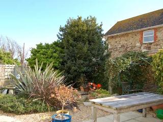 1 OCEAN VIEW, ground floor flat with en-suite bedrooms, a garden and sea views, in Freshwater, Ref 13827 - Isle of Wight vacation rentals