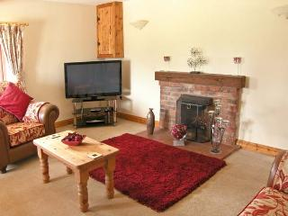 2 STUD COTTAGE working equestrian farm, beautiful countryside near Coltishall Ref 14395 - Coltishall vacation rentals