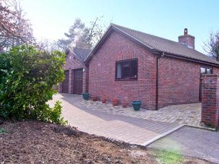 THE OAKS, ground floor accommodation, king-size bedroom, woodburning stove in Warminster, Ref: 13552 - Mere vacation rentals