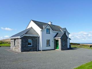 AN TIARACHT, detached cottage with sea views, open fire, lawned garden in Coarhabeg, Valentia Island, Ref 14952 - Valentia Island vacation rentals
