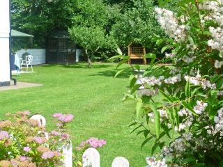SEVERN BANK LODGE, single storey cottage, with two bedrooms, off road parking, and garden, in Astley Burf, Ref 8765 - Stourport on Severn vacation rentals
