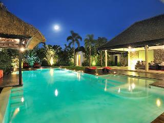 BEST LOCATION NEXT TO SEMINYAK SQUARE! VILLA DE LA VIE - SLEEPS 10 - Seminyak vacation rentals