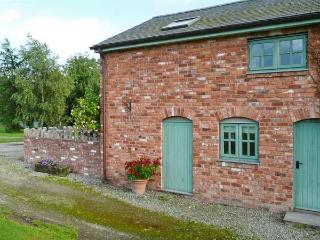 LLYN CLWYD, woodburning stove, WiFi, shared use of outdoor swimming pool, in Bodfari, Ref 14074 - Bodfari vacation rentals
