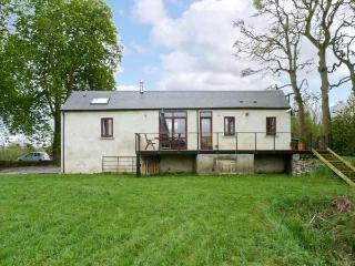 GLORY COTTAGE, single storey, woodburner, raised deck overlooking river, near Kells, Ref 13636 - Kells vacation rentals
