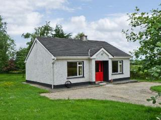 KATE'S COTTAGE, detached, single storey, open fire, rural location, near fishing, Taughnamore near Carrick-on-Shannon, Ref 16325 - Kilmore vacation rentals