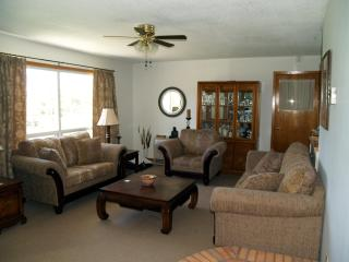 3 bdrm unit a stones through to the beaches - Tiny vacation rentals