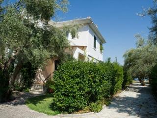 """""""Mediterraneo Home"""" villa with pool by the sea - Nikiana vacation rentals"""