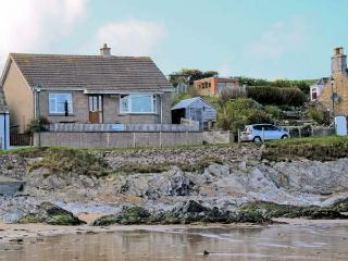 BEACH COTTAGE, detached cottage, with sea views, open fire, walking distance to beach, in Sandend, Ref 12172 - Portknockie vacation rentals