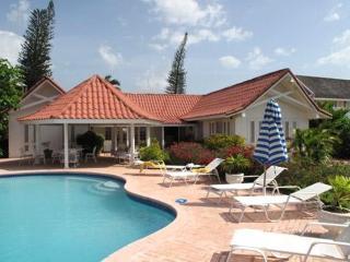 PARADISE PSU -  43699 - SPACIOUS | PRIVATE | 4 BED | BEACHFRONT | FAMILY VILLA - RUNAWAY BAY - Runaway Bay vacation rentals