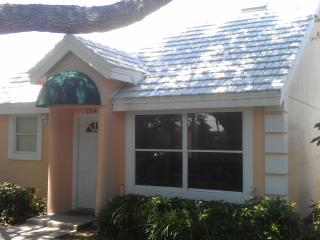 1 bd rm Beach town home in Vero Beach FL 65 pics that sleeps 2 but can fit 4 for visiting guests - Florida Central Atlantic Coast vacation rentals