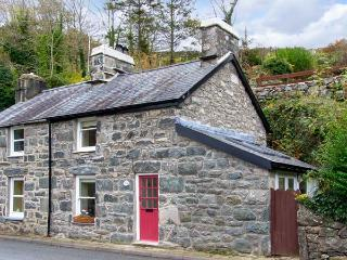 DELFOD, romantic retreat, with king-size double bed, woodburning stove, and garden, in Harlech, Ref 14342 - Maentwrog vacation rentals