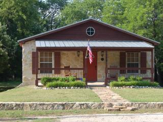Beautiful & Newly Renovated Cottage in Glen Rose - Close to Downtown Attractions! - Glen Rose vacation rentals