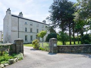2 CARK HOUSE, luxury ground floor apartment, close to pub, shared grounds, good walking close by, in Cark in Cartmel, Ref 16331 - Grange-over-Sands vacation rentals