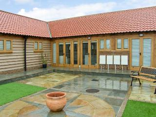 5B HIDEWAYS, single storey cottage near beach, character beams, courtyard, in Hunstanton, Ref 8744 - Old Leake vacation rentals
