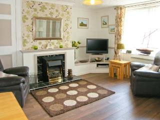 SUNNIE COTTAGE, family accommodation, with three bedrooms, two bathrooms, in town centre location, in Seahouses, Ref 9193 - Seahouses vacation rentals