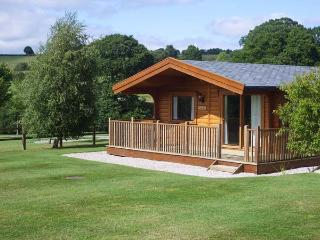 FAIRWAY LODGE, log cabin overlooking golf course, use of beauty suite, in Tedburn St Mary, Ref 15175 - Crediton vacation rentals