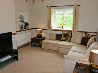 DISTYLL, single storey cosy cottage, idyllic location near stream, underfloor heating, mile from amenities in Ruthin, Ref 15883 - Ruthin vacation rentals
