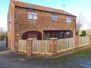 THE BARN, woodburning stove, upside down accommodation, working farm in Burton Fleming, Ref 8956 - Filey vacation rentals