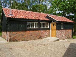THE BULLPEN, pet friendly, country holiday cottage, with a garden in Eye, Ref - Eye vacation rentals