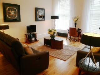 Spacious 2 bedroom in the West end of Glasgow - Glasgow & Clyde Valley vacation rentals