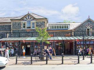 STATION FLAT, sleeps 8, decked balcony, village centre location in Betws-y-Coed, Ref 16719 - Betws-y-Coed vacation rentals