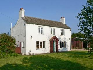 THE POPLARS, detached cottage, three bedrooms, enclosed garden, in Hogsthorpe, Ref 8445 - Lincolnshire vacation rentals