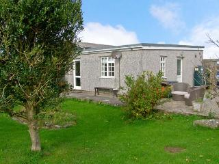 CEFN FARM COTTAGE, detached cottage, all ground floor, hot tub, in Caergeiliog, Ref 11306 - Caergeiliog vacation rentals