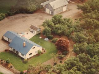 4 bd farmhouse resting in 40 acres of hazelnuts - Hubbard vacation rentals