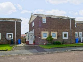 CHEVIOT VIEW, two bedrooms, conservatory, enclosed garden, walking distance to beach, in Beadnell, Ref 17389 - Beadnell vacation rentals
