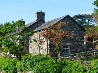 TY'N Y COED COTTAGE, sea views, private garden, close beach, walks and cycling in Dyffryn Ardudwy Ref 17302 - Dyffryn Ardudwy vacation rentals